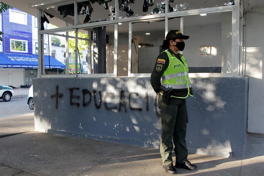 Más de 15 centros de atención inmediata (CAI) de la Policía fueron vandalizados en medio de las Protestas en Colombia. (EFE)
