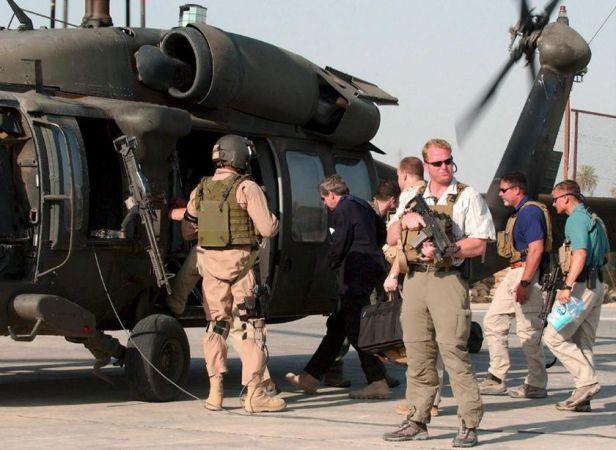 El administrador estadounidense Paul Bremer rodeado de escoltas de Blackwater mientras subía a un helicóptero en la ciudad de Hilla (Irak) en una foto de archivo