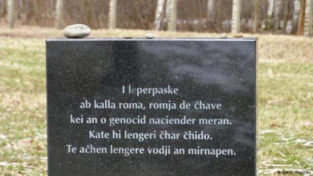 """Epitafio en romaní en Auschwitz-Birkenau: """"En memoria de los hombres, mujeres y niños que fueron víctimas del genocidio nazi. Aquí yacen sus cenizas. Que sus almas descansen en paz."""