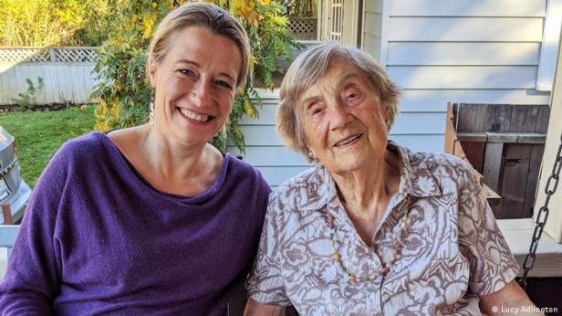 Lucy Adlington (izquierda) con Bracha Kohut, de 98 años, una modista superviviente de Auschwitz.